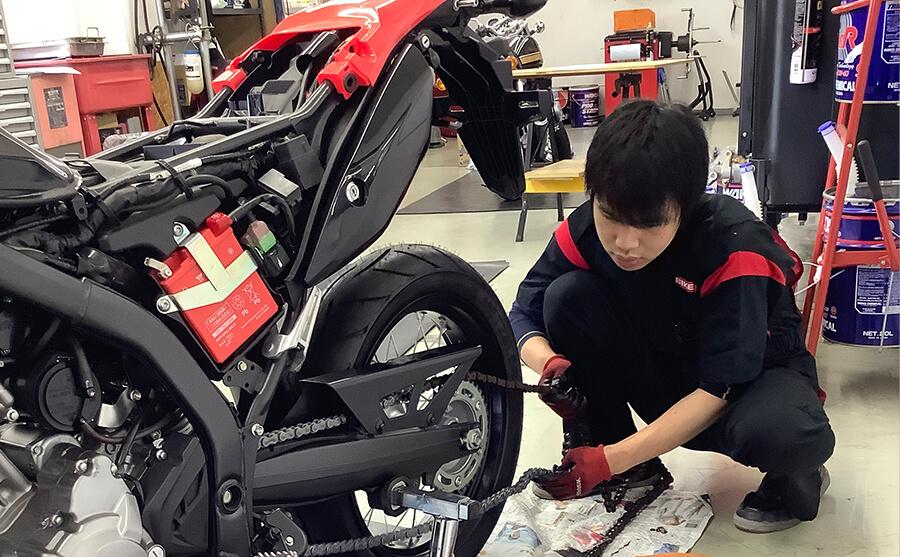 店舗でのバイク整備士